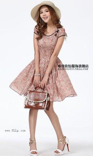 碎花圆领连衣裙