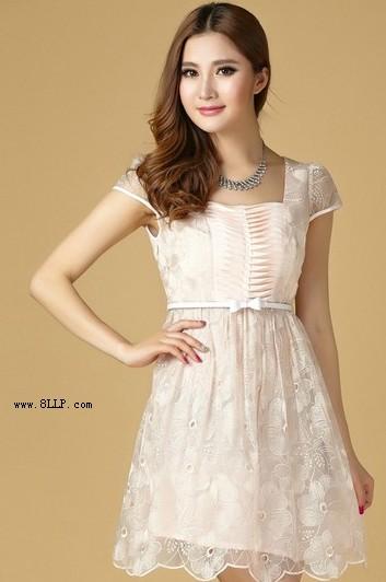 纯色刺绣蕾丝花瓣连衣裙