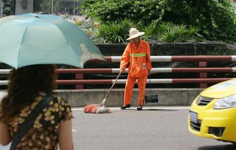 40度的高温啊,他们也是工作的,请勿乱抛垃圾。