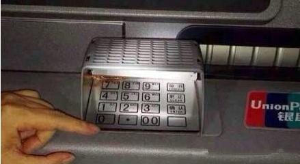 警方在柜员机上发现这套设备,请大家务必注意!